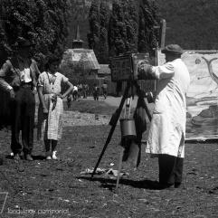 Fotografo minutero en los años 50 a las afuera de la parroquia