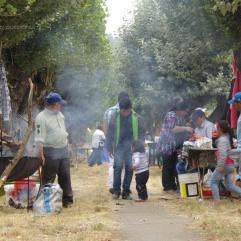 Familias disfrutando de asados en las cercanías de la parroquia