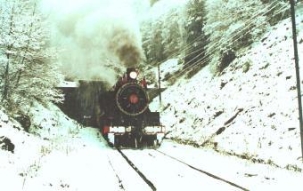 Tren de la Araucanía saliendo de Boca Sur del túnel Las Raíces.