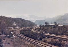 Vía ferroviaria paralela al camino vehícular en las cercanías de Sierra Nevada